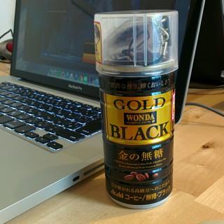 進撃の巨人とワンダ ゴールドブラック金の無糖のコラボ